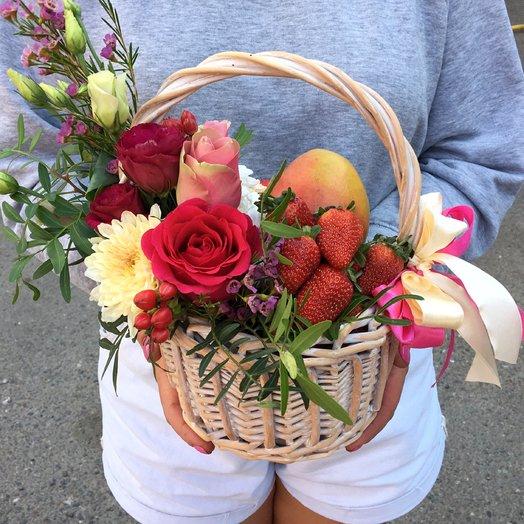 Корзина с цветами, манго и фруктами