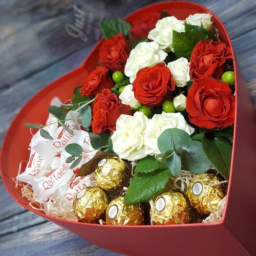 Сердце с цветами и сладостями: букеты цветов на заказ Flowwow