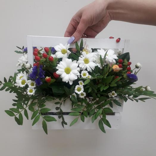 Декоративный ящик живыми цветами и пчелками: букеты цветов на заказ Flowwow