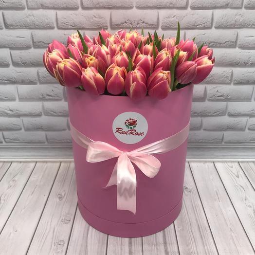 49 тюльпанов в шляпной розовой коробочке: букеты цветов на заказ Flowwow