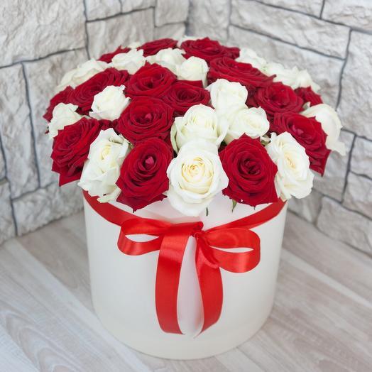 Коробка из 51 красной и белой розы
