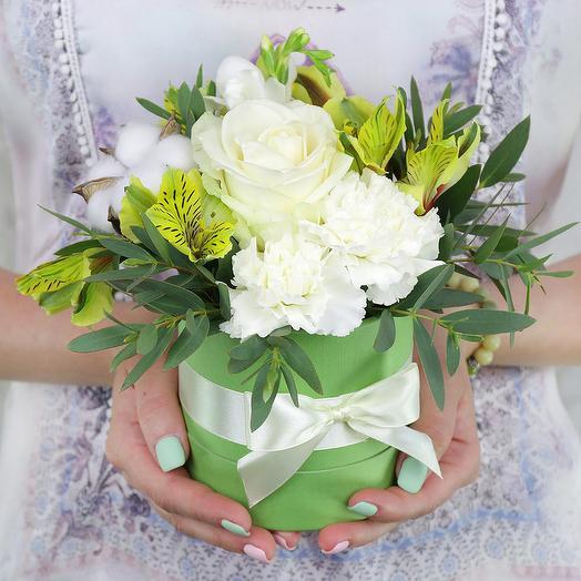 Композиция из роз, фрезий и гвоздик в шляпной коробке: букеты цветов на заказ Flowwow