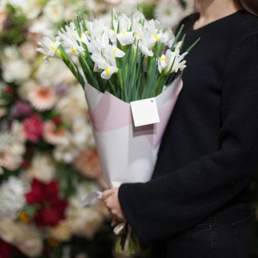Букет из 25 белых ирисов в крафте: букеты цветов на заказ Flowwow
