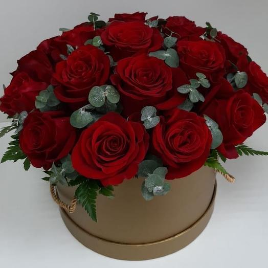 15 красных голландских роз в шляпной коробке