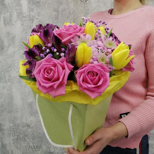 Коробка с розами и тюльпанами: букеты цветов на заказ Flowwow