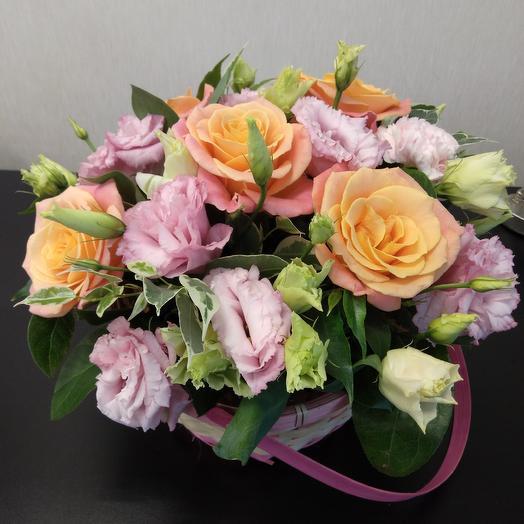 Корзина с розами и эустомой