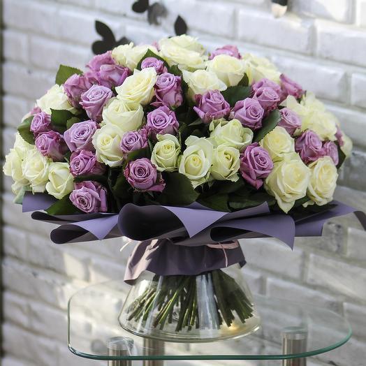101 фиолетовая и белая роза: букеты цветов на заказ Flowwow
