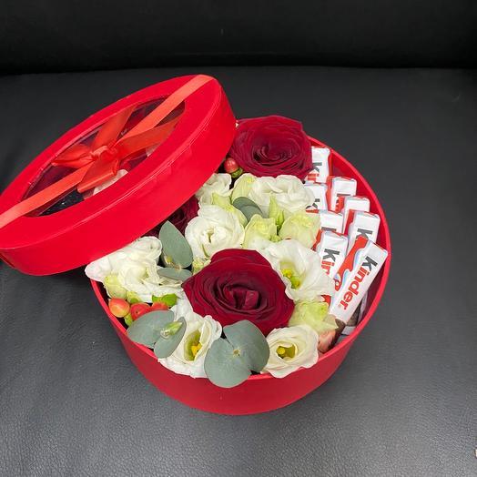 Коробка с цветами и шоколадом киндер