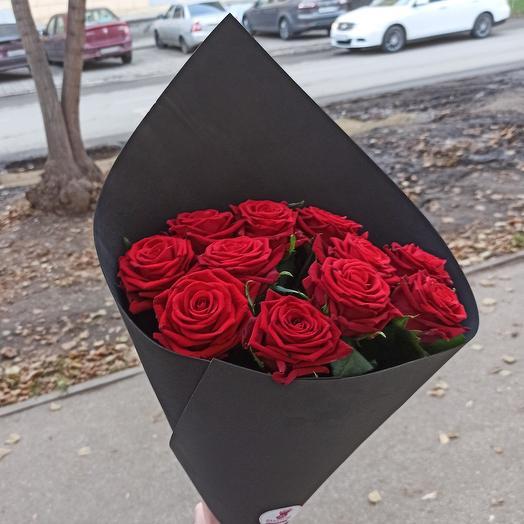 Букет из 11 красных роз в чёрной упаковке