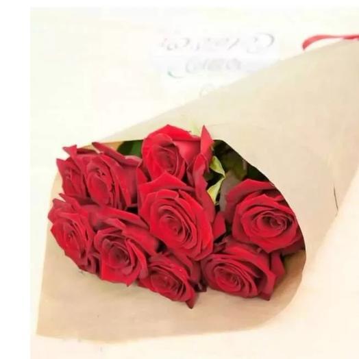 Букет из 9 красных роз  в упаковке крафт