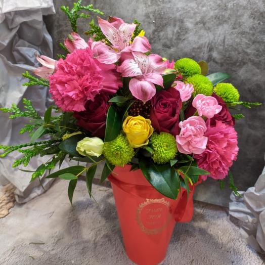 Конусная коробка с Гвоздиками, Розами и Альстромерией