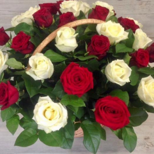 """Корзина с цветами """"Красные и белые розы"""""""