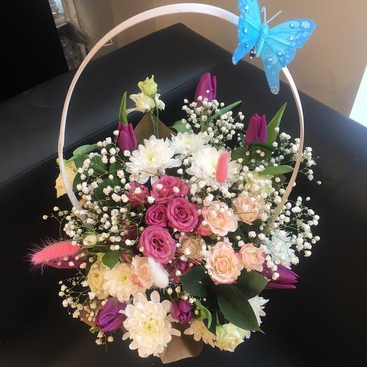 Розы и тюльпаны в корзине