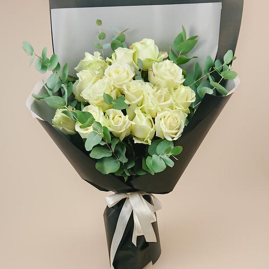 Монобукет из 15 белых роз с эвкалиптом (83)