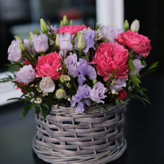 Композиция с садовой розой в корзинке