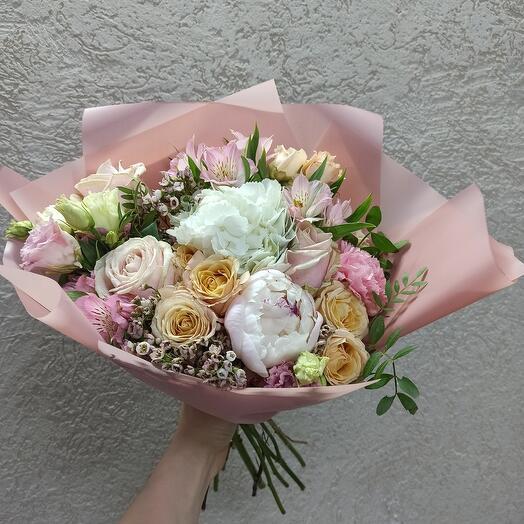 Нежный букет с пионом, гортензией и ассорти цветов