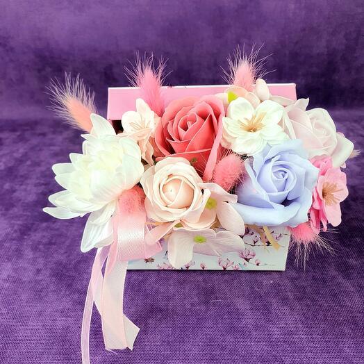 Нежная коробочка из мыльных цветов