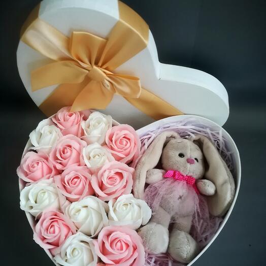 Мыльные розы в коробке с игрушкой