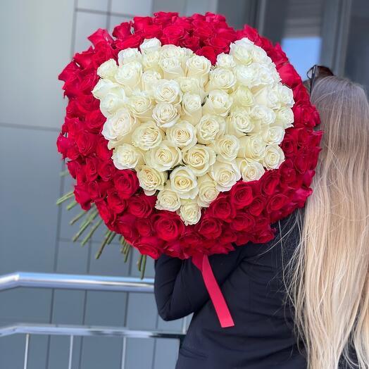 Букет из 151 белой и красной розы
