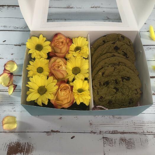 Набор с хризантемами, розами и вкуснейшим печеньем