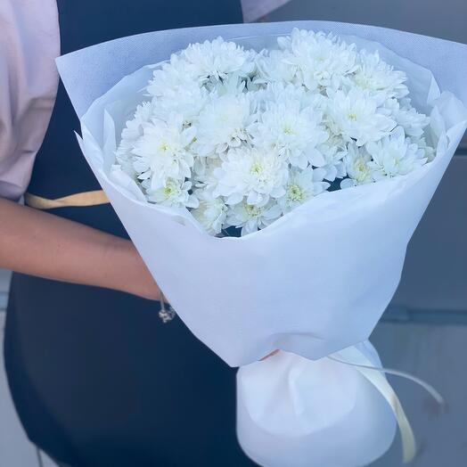 5 белых хризантем