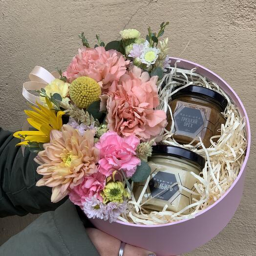 Коробка с цветами и мёдом