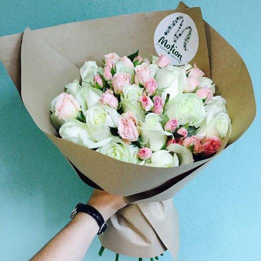 23 белых розы с розовыми кустовыми розами: букеты цветов на заказ Flowwow