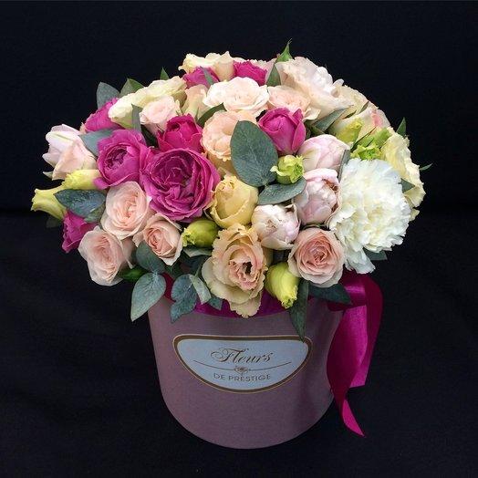 Коробка с пионовидными розами и тюльпанами