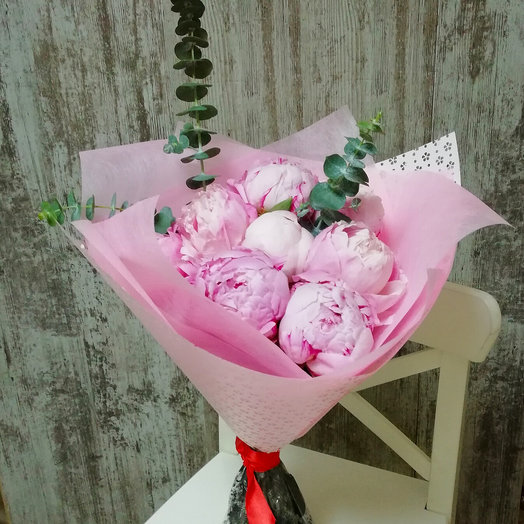 Пионы розовые с эвкалиптом: букеты цветов на заказ Flowwow