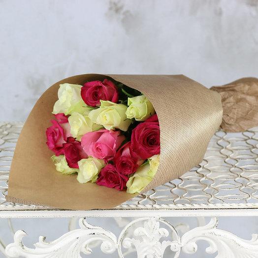 Букет из 15 белых и розовых роз 40 см в крафте