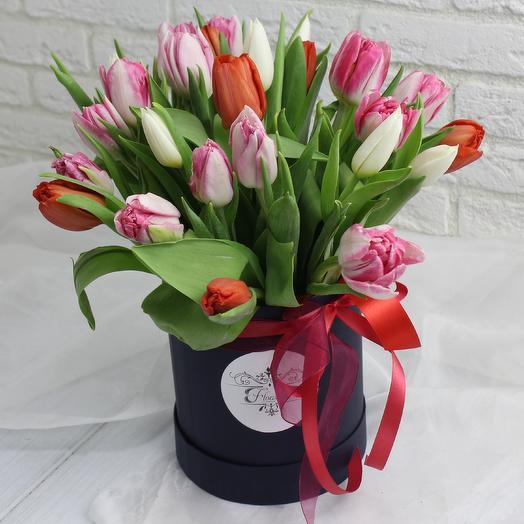 25  тюльпанов в шляпной коробке: букеты цветов на заказ Flowwow