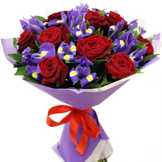 "Букет из роз и ирисов ""Незабудка"": букеты цветов на заказ Flowwow"