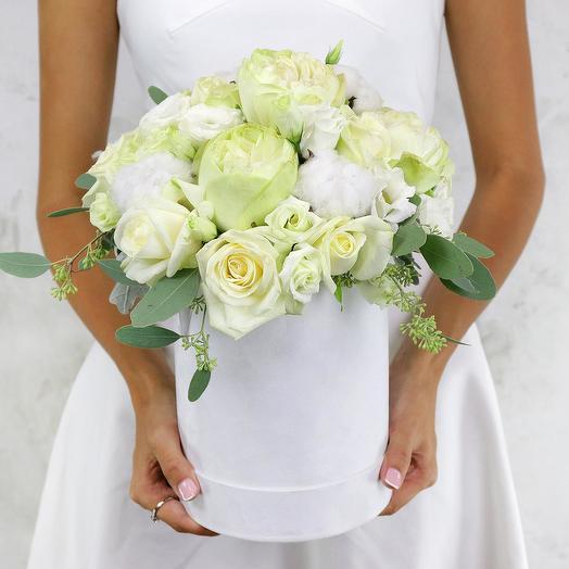 Композиция из роз, хлопка и эвкалипта в шляпной коробке: букеты цветов на заказ Flowwow