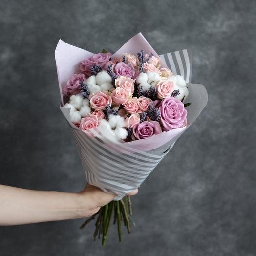 Букет из роз, хлопка и лаванды: букеты цветов на заказ Flowwow