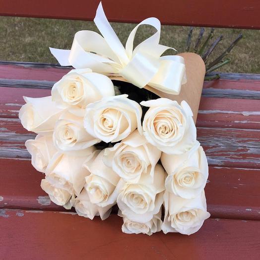 15 белых роз в крафтовом конусе