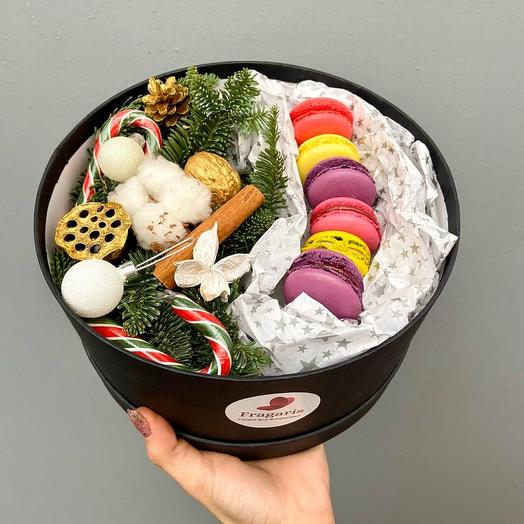 Новогодняя коробка с макарунами: букеты цветов на заказ Flowwow