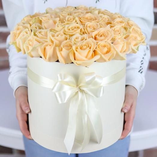 Шляпная коробка из 51 кремовой розы. N712