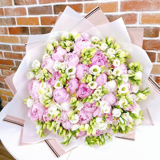 Букет из белой эустомы с пионами. N805: букеты цветов на заказ Flowwow