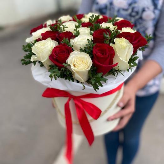 31 красно-белая роза в коробке🌹