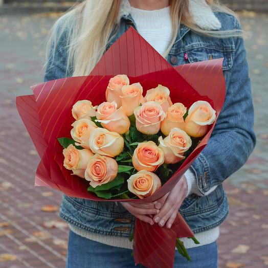 15 персиковых роз в упаковке