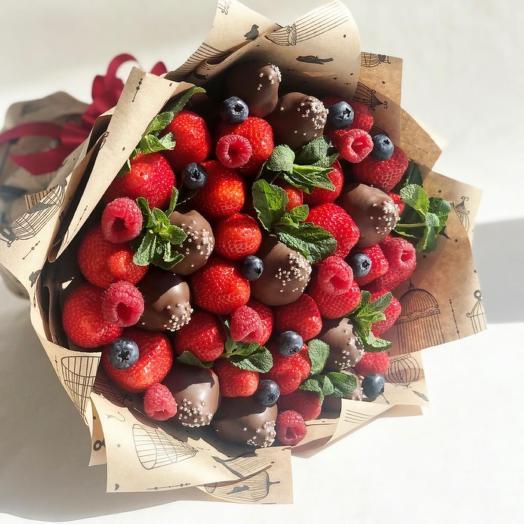 Клубника в молочном шоколаде с ягодами