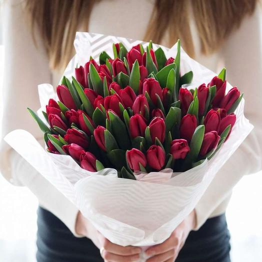 35 бордовых тюльпана