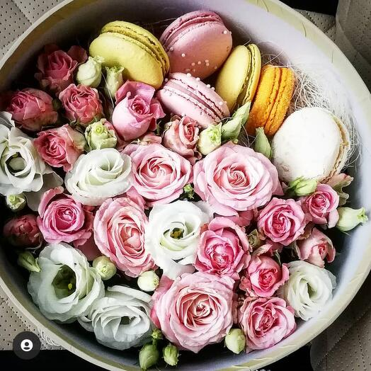 Цветы в коробке с макаронс