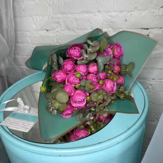 9 пионовидных кустовых роз с эвкалиптом