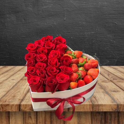 Подарочный набор с ягодами и розами