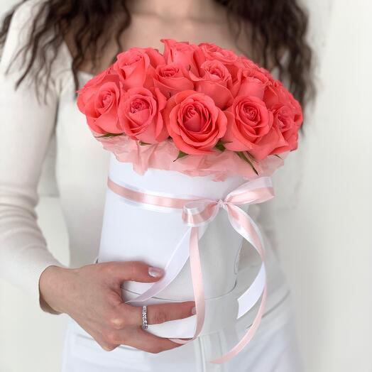 Букет из 29 коралловых роз в шляпной коробке