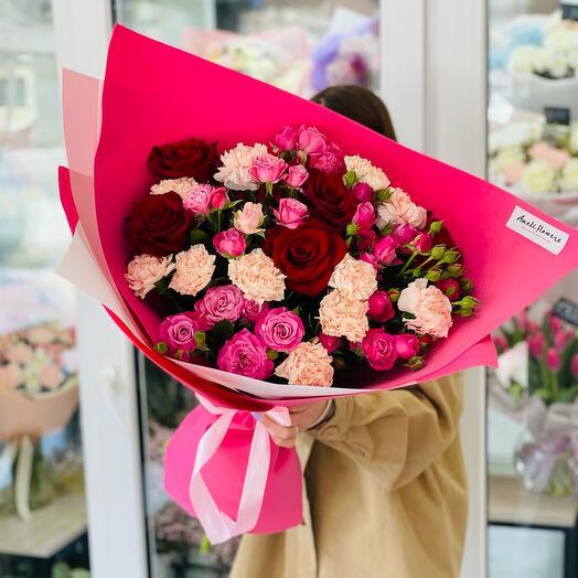 Яркий букет с розами