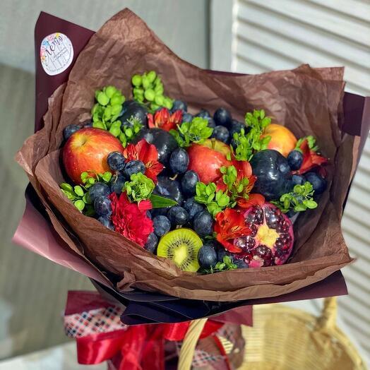 Фруктовый букет с чёрным виноградом