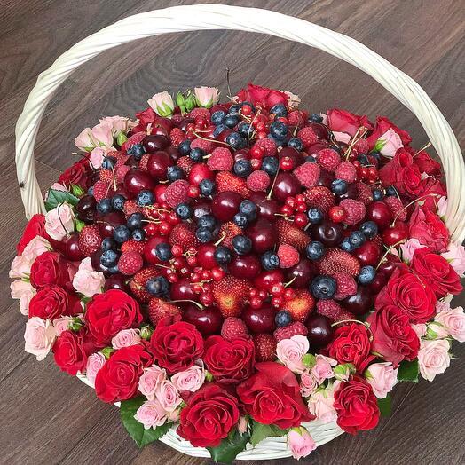 Ягоды микс и розы в корзинке