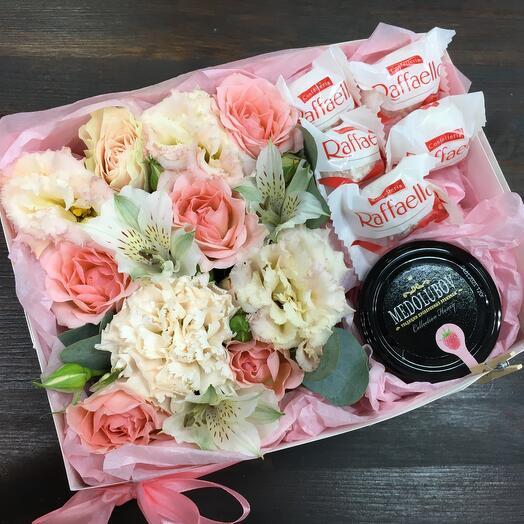 Цветы в коробке с мёдом и конфетами